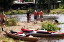 KEMP HOGAN U ŠABINY je příjemným vodáckým zastavením na řece Ohři.