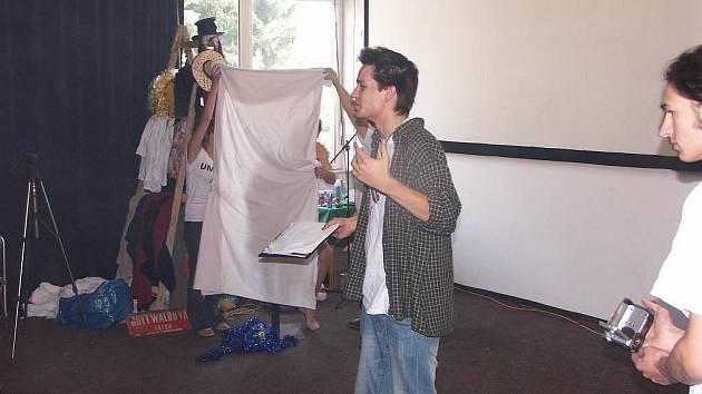 Studenti při svém sobotním představení v kinokavárně Alfa v Sokolově. Diváci v sále pobavil jeden z herců, který při vystoupení hrál pouze v trenýrkách