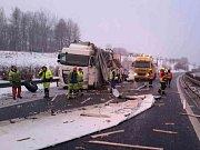 Na dálnici D6 havaroval kamion, náklad se vysypal na silnici.