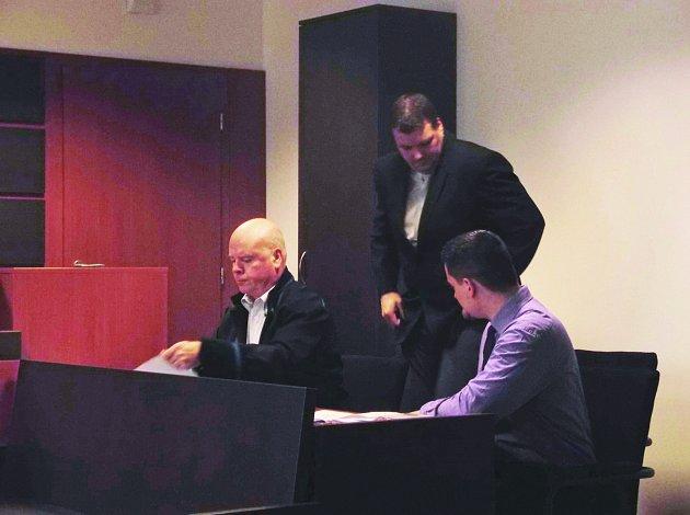 POLICISTÉ usedají k soudnímu líčení po boku svého obhájce Pavla Rybáře.