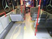 Řidič autobusu střetu zabránil, odnesla to jedna cestující.
