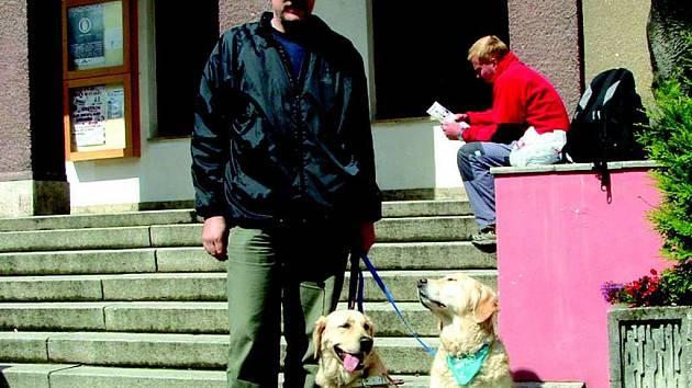 Vodící psi cvičili přímo v ulicích Kraslic.