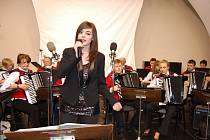 Zpěvačka orchestru Annekathrin Flechsig