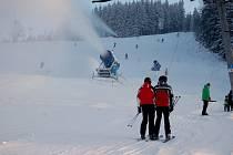 NA HORÁCH panují ideální lyžařské podmínky. Na sjezdových tratích leží až půl metru sněhu. Tratě jsou upravené a například v Bublavě (na snímku) se jezdí za mimosezónní jízdné.