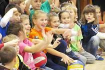 NATĚŠENÍ NA OLYMPIONIKY, míče nachystané k podpisům. Pro některé malé sportovce bude setkání s Markétou Slukovou a Oldřichem Svojanovským zážitkem na celý dětský život.