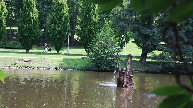 JEDEN ze dvou rybníků v Husových sadech. Nově ho zdobí dílo chebského výtvarníka Jiřího Černého.