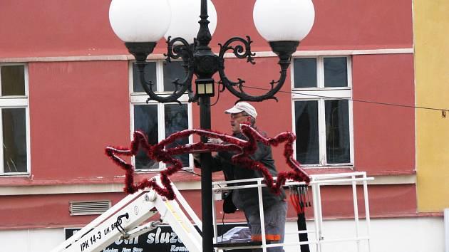 Včera ráno se na Starém náměstí v Sokolově objevila na lampách první vánoční výzdoba.