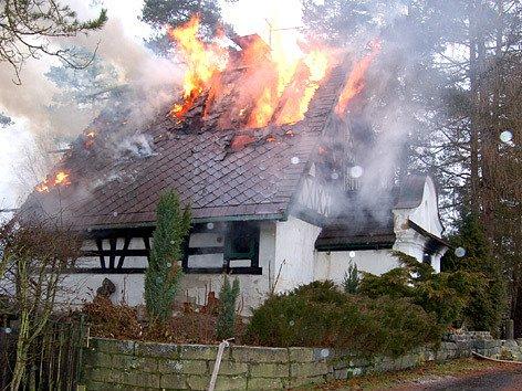 Chatu na Třídomí u Horního Slavkova zapálili podle vyšetřovatele hasičů dva mladí žháři.