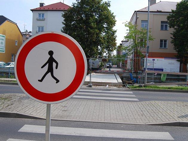 Na spojnici obou sokolovských náměstí, most přes Lobezský potok, musejí při letošní Hornické pouti chodci zapomenout