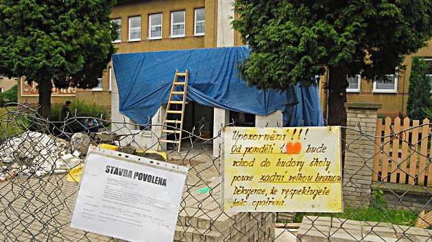 MATEŘSKÁ ŠKOLA v ulici Pionýrů. Dělníci zde pracují na hlavním vchodu. V plánu jsou i  investice v kuchyni.