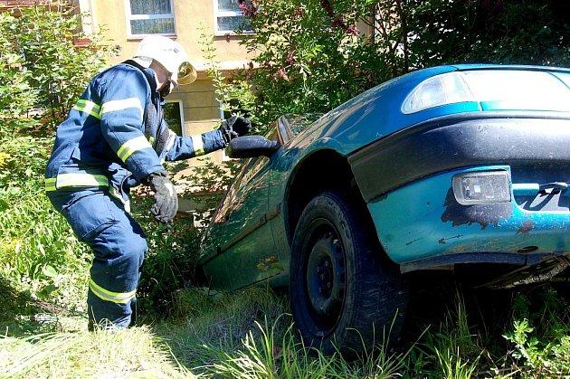 NEHODOU skončila v Kraslicích jízda muže, který nevlastní řidičský průkaz a má vysloven zákaz řízení. Bylo jen štěstím, že tam zrovna nikdo neprocházel. Pachatel totiž vjel na obrubník a s autem mířil z prudké stráně.