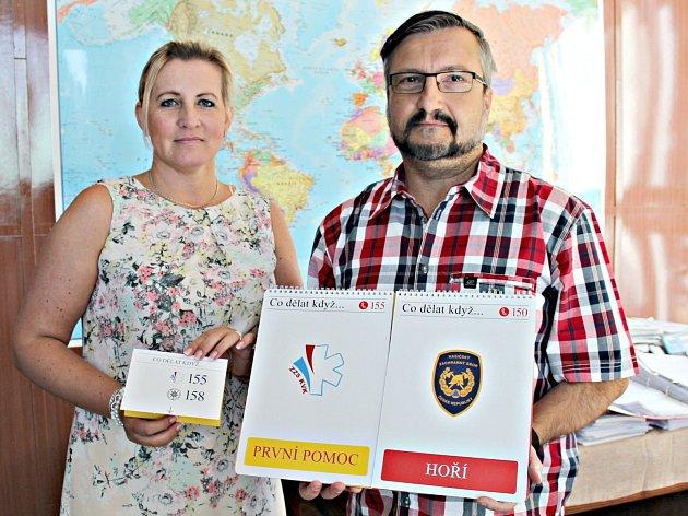 Preventistka Městské policie Sokolov Hana Procházková spolu s ředitelem 8.ZŠ Sokolov Vladimírem Vlčkem