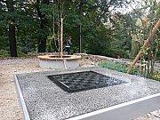 Část zrekonstruovaného posezení mezi parkem a bazénem