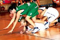 Oblastní přebor v basketbalu žen: BK Sokolov (v zeleném) - TJ Sokol Toužim
