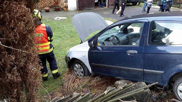 Auto skončilo v zahradě rodinného domu.
