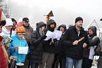 Z VRCHOLKU Aschberg zněly na Štědrý den koledy. Sešla se tam více než stovka lidí.