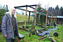UŽ JEN KONSTRUKCE voliér připomínají, kde měli azyl zachránění živočichové. Drosera se ale o ně bude starat dál. S pomocí přišel místní podnikatel, který nabídl nové pozemky.