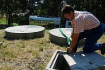 VODOHOSPODÁŘI naváží vodu do obecního vodojemu. Na snímku připravuje hadici k přečerpání čtrnácti kubíků vody Miroslav Sýkora, vedoucí provozu VOSS Sokolov.