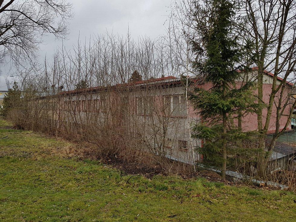 Kontrast opravené a staré ubytovny v areálu sokolovského Baníku.