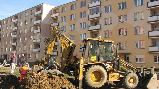 NA DOKONČENÍ první fáze oprav novosedelského  sídliště se pilně pracuje. Vznikají nové chodníky i místa na parkování.
