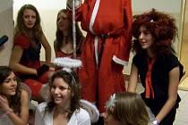 Zachovat tradici a zejména zpestřit výuku před blížícími se Vánoci. To se rozhodli studenti 3. E Gymnázia v Sokolově, kteří zde v pátek uspořádali Mikulášský turnaj ve florbalu.