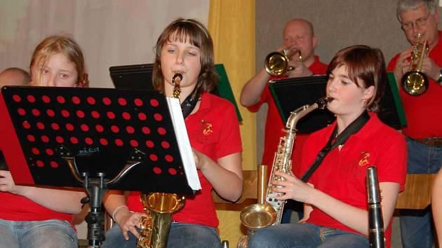 V rámci Svátku hudby v Chodově zahrají i Červení panteři z Nové Role.