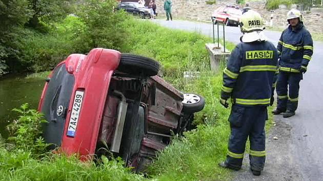 Auto vyjelo ze silnice a skončilo v rybníku ve Kfelích.