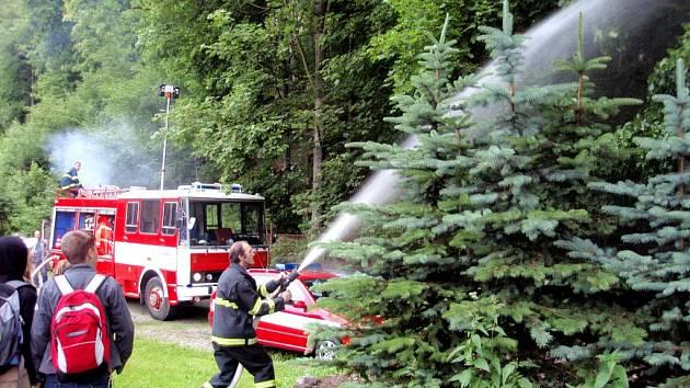 Cvičení hasičů v základní škole v Kraslicích.
