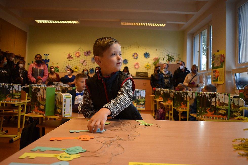 První školní den v sokolovské ZŠ Pionýrů. Na fotografiích jsou žáci 1.B.