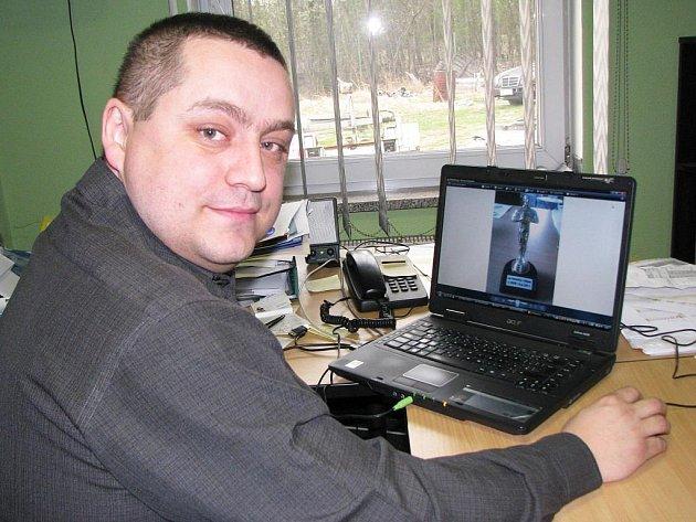 REBELUJÍCÍ Ladislav Paštéka ukazuje na svém počítači snímek imitace sošky Oskara, kterou nechal poslat Vítu Bártovi.