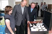 Hejtman Karlovarského kraje Josef Novotný (uprostřed) při návštěvě porcelánky Rudolf Kämpf v Loučkách.