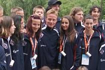Karlovarská atletická výprava spolu se svým vlajkonošem Lukášem Mensatorem (uprostřed)