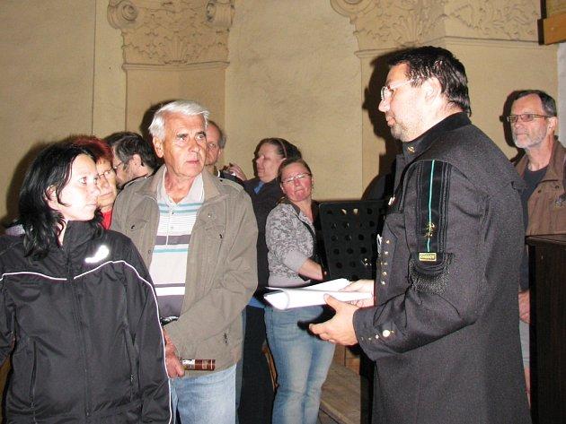 Místostarosta Chodova Patrik Pizinger si na Noc kostelů oblékl hornickou uniformu. Na celý večer se pak vžil do role průvodce.