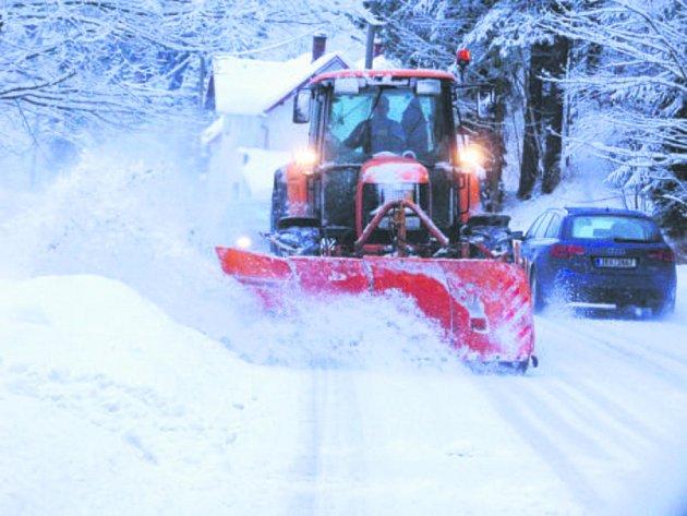 INTENZIVNÍ sněžení zasáhlo z neděle na pondělí Sokolovsko. V terénu tak operovala veškerá technika silničářů a technických služeb jednotlivých měst.