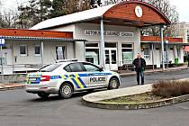 POLICIE kvůli nahlášení bomby musela vykázat cestující z autobusového nádraží v Chodově.