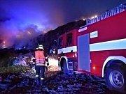 Požár skládky v Tisové.