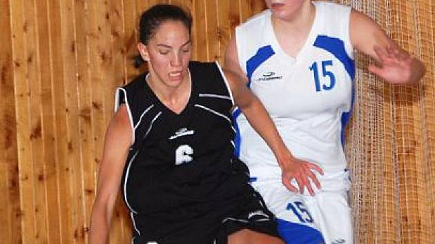 II. liga basketbalistek: BCM Sokolov - Bižuterie Jablonec (v černém)