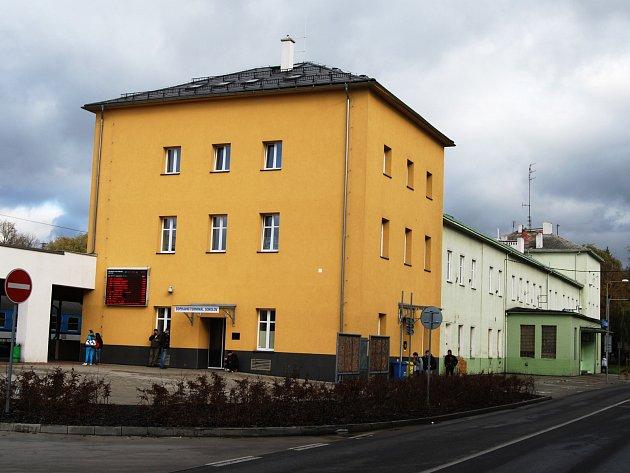 Zrekonstruovaná věž v popředí a stará budova ČD v pozadí