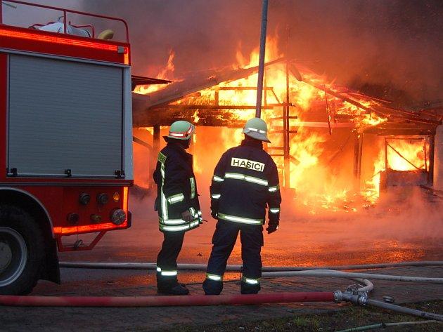 Požár tržnice v Hraničné u Kraslic.