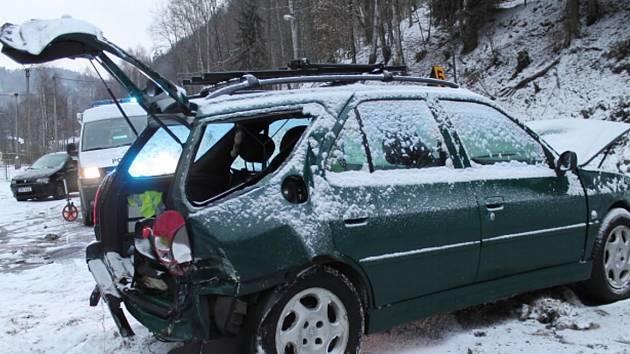 NEHODA se stala například u Fojtova. Řidič na zasněžené silnici dostal smyk a naboural do stráně.  Při nárazu se řidič nezranil.