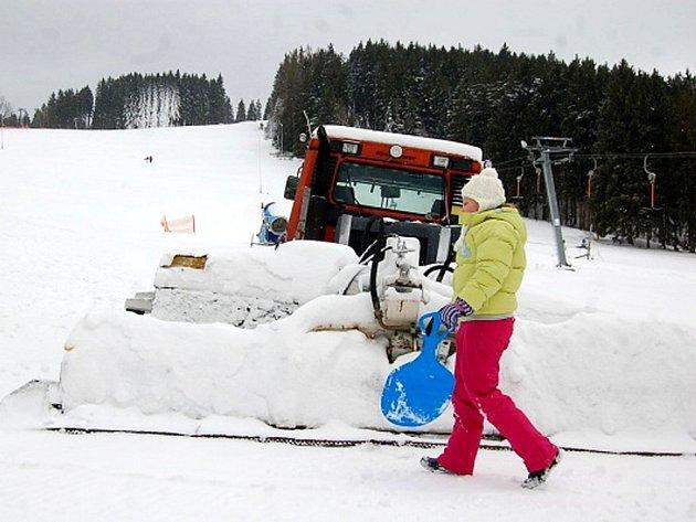 Ještě o víkendu chystali vlekaři sjezdovky na Bublavě. Déšť ale zastavil provoz sněžných děl. Na kopcích se alespoň svezli děti a několik nadšenců, kteří si kopec vyšlápli.