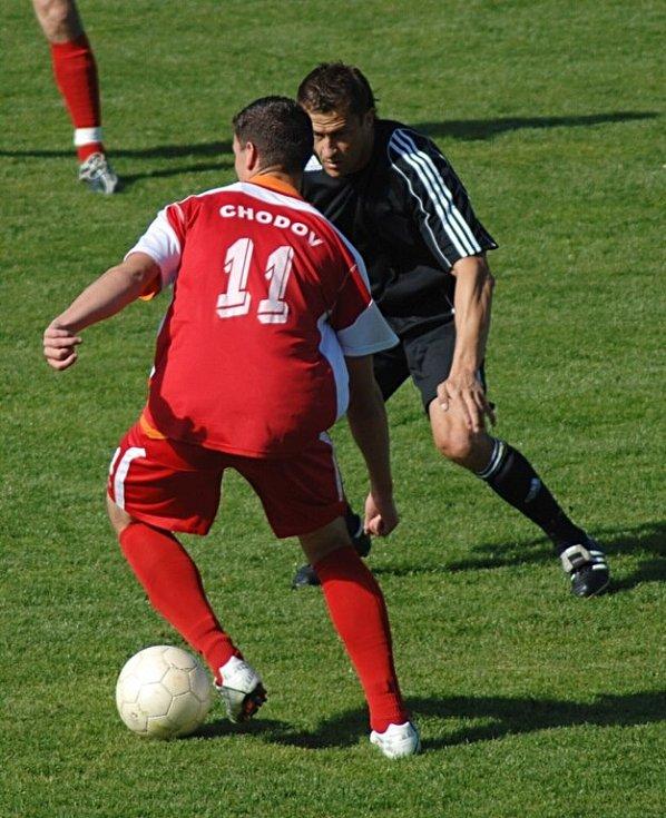 Spartak Chodov remízoval s Chmelem Blšany 3:3 a ziskem tohoto bodu se zachránil v divizní soutěži. Blšany naopak padají do krajského přeboru.