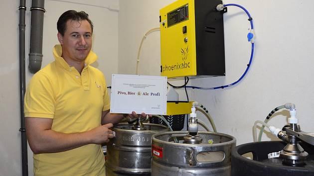 ŘEDITEL Kynšperského pivovaru Radek Vomočil ukazuje certifikát kvality.