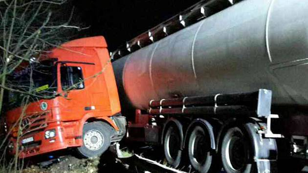 Nehoda cisterny uzavřela silnici u Chodova.
