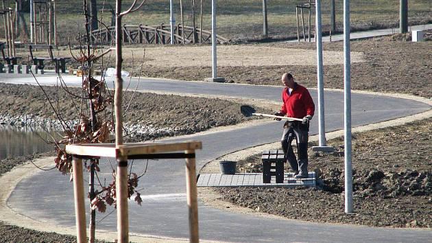 Podél asfaltových cestiček jsou nově osazené lavičky. K nim přibudou také odpadkové koše.