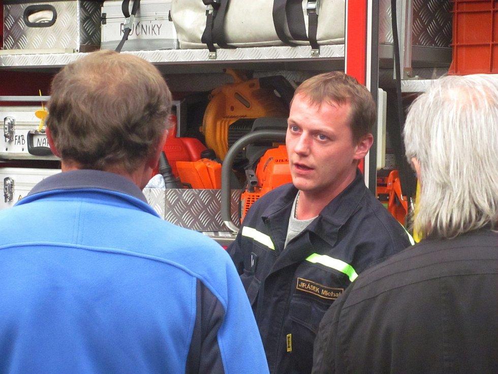 ZÁJEMCI měli  u příležitosti slavnosti možnost prohlédnout si hasičárnu nebo hasičskou techniku.