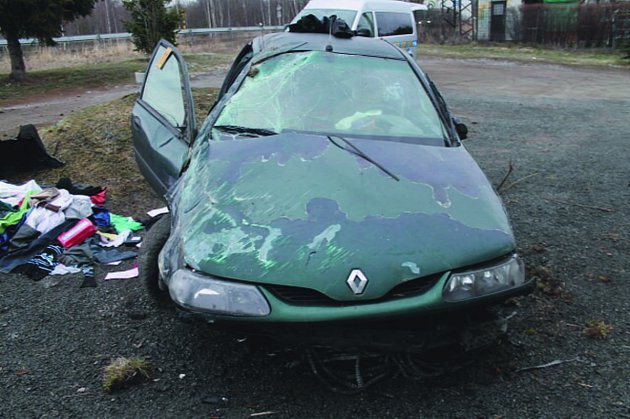 OPILÝ ŘIDIČ se s autem několikrát převrátil přes střechu. Poničil u toho ještě další vůz.