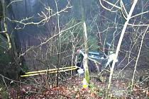 V Boučí prorazil řidič svodidla a zřítil se ze srázu.