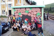 ŽÁCI třetí (na snímku) a osmé třídy ozdobili zastávky na trati ze Sokolova do Kraslic. Na fotografii zastávka v Rotavě, kde děti namalovaly permoníka.