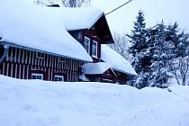 K chatám se jejich majitelé jen těžko dostanou. Sníh sahá až do oken.